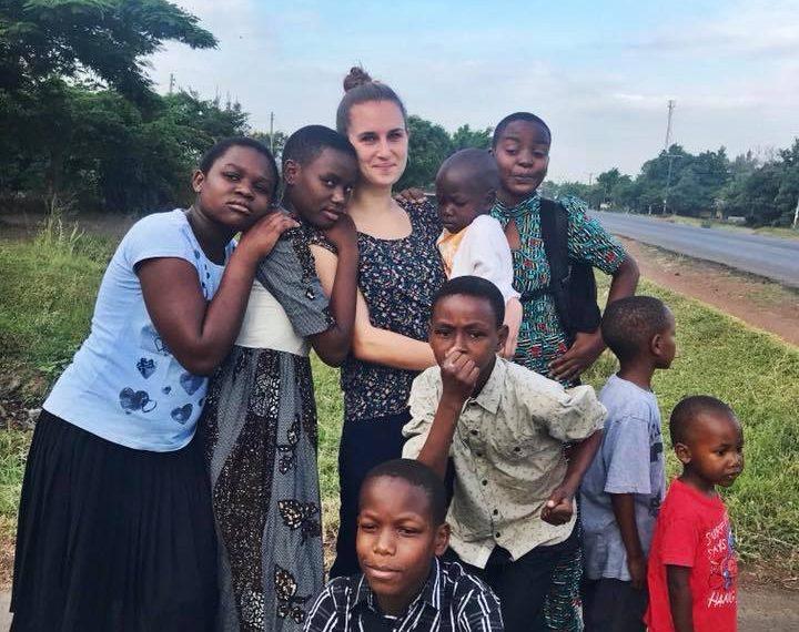 Denise mit Kindern des Hope Home