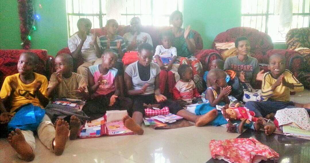 Weihnachtsaktion 2017: Die Kinder des Hope Home mit ihren Geschenken