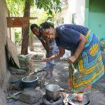 Sarah und Angel bereiten an der Kochstelle des Hope Home Mittagessen für alle zu