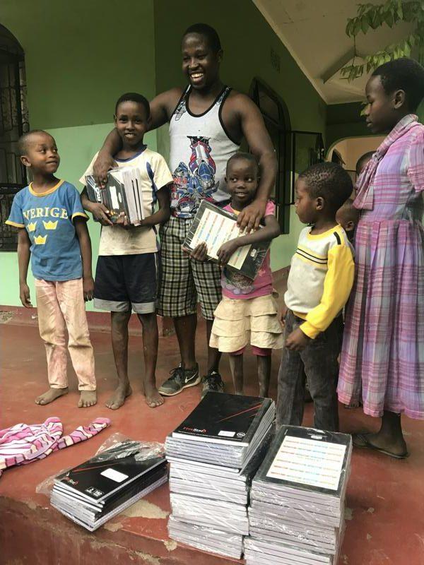 Joseph und die Kinder mit gespendeten Schulheften für das Schuljahr 2018